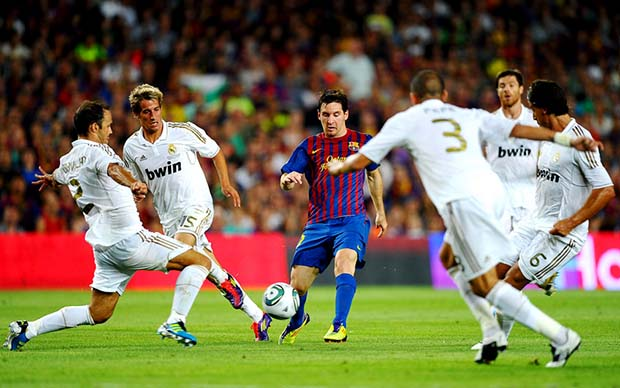 Barcas Messi surrounded